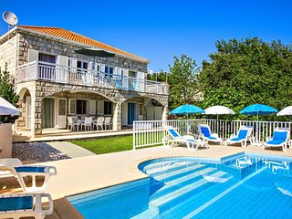 Villa Perić - Six-Bedroom Villa with Terrace and Swimming Pool