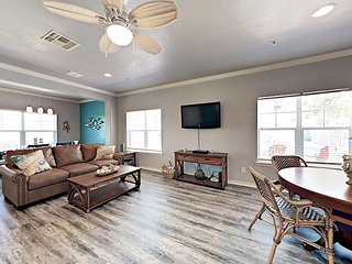 Remodeled 3BR in Heart of Port Aransas w/ Pool & Hot Tub - Walk to Beach