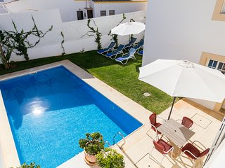 Spacious Villa, Short Walk to the Beach with Heatable Pool, Garden, Games Room