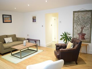 Quirky and Chic 2 Bed Apartment, 2 Bath, Outdoor terrance in Notting Hill.