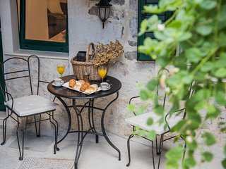 Apt on great central location right at the sea and lovely promenade in Kastela