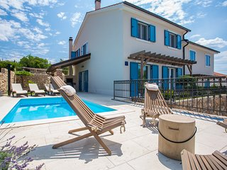 Villa Tana with a swimming pool, outdoor kitchen, BBQ, SUP