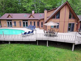 Pocodobe: Lakeview Chalet with Swimming Pool and Hot Tub at Arrowhead Lake.