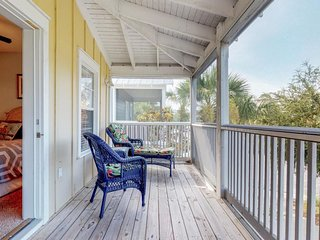 NEW LISTING! Cozy cottage with shared community pool, hot tub, close to beaches!