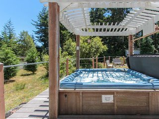NEW LISTING! Cozy coastal house w/private hot tub, outdoor firepit- dogs welcome