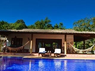 Maravilhosa casa no meio da mata, com piscina e todo o conforto.