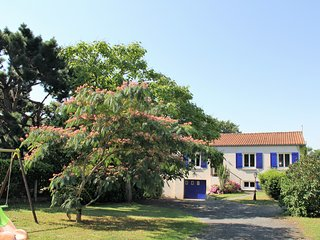 Countryside views, private gardens, WIFI, pet-friendly, Vendée lakes and forests