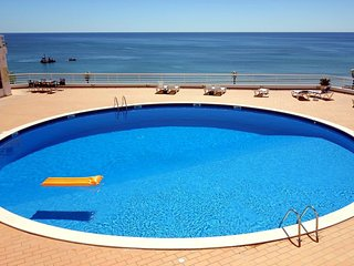 Cozy apartment close to the center of Albufeira with Lift, Parking, Internet, Wa