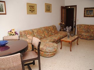 Spacious apartment close to the center of Valencia with Lift, Internet, Washing