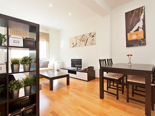 Spacious apartment close to the center of Barcelona with Lift, Parking, Internet