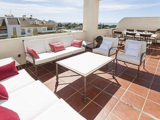 Apartment a short walk away (487 m) from the 'Playa de Casablanca' in Marbella w