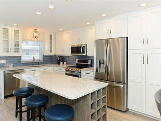 Completely Renovated Siesta Key Escape - walk to beach/shopping/entertainment