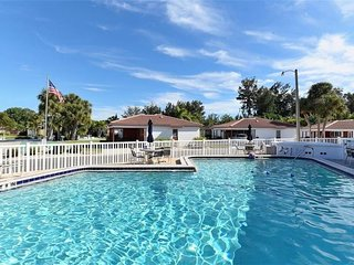 Siesta Key Escape - walk to beach/shopping/entertainment