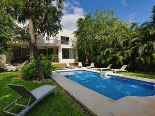Villa Dreamtime. Luxury 6 bedroom villa, secure, quiet residence mins to beach.