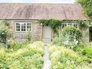 FRITH COTTAGE, pretty gardens, Wincanton