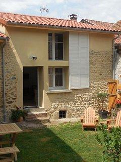 Coté jardin vous disposez de 2 espaces en terrasse, celui-ci est le premier.