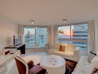 Moderno apto c/piscina compartida y bella vista- Apt w/shared pool & harbor view