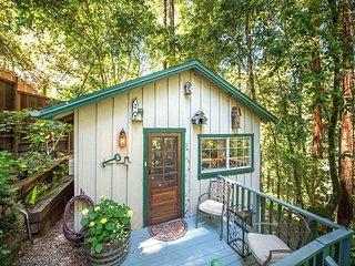 Guerneville Cottage, Decks, Skylight, Hot Tub! Perfect Romantic Getaway!