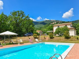 Detached house with private pool 1,5km from Melezzole. Quiet area & nice views