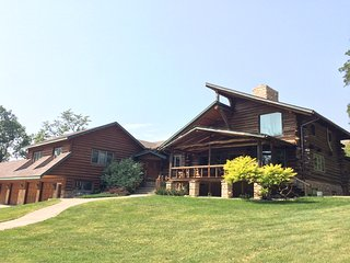 Luxury Logcabin Home near Rochester- Whispering Oaks Retreat