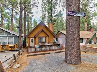 Quaint cabin in convenient location - 1 mi from Bear Mountain & Snow Summit!
