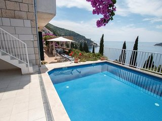 Spacious villa very close to the centre of Dubrovnik with Parking, Internet, Was