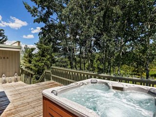 Perfect Summer Getaway! Private Hot Tub, Free Shuttle to Shops/Dining, Washer/Dr
