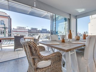 Large and stylish three-bedroom seaside apartment