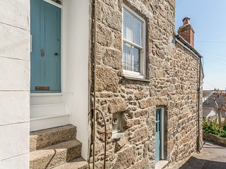MOLE COTTAGE, views of rooftops and harbour, in Mousehole, 985235