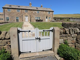 DEAN SLACK HEAD, Juliet balcony, en-suite bedrooms, hot tub, Slaidburn