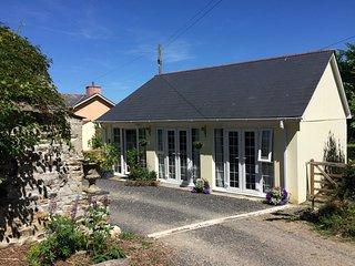 THE COACH HOUSE, easy coastal access, open plan, veranda with furniture, in