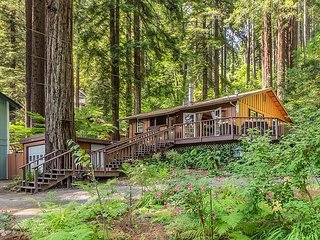 Lovely 2BR Redwood Retreat w/ Hot Tub & Wraparound Deck
