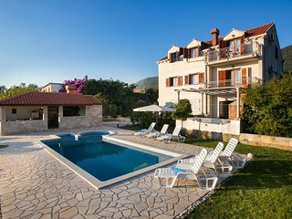 Holiday Home Luce- Six Bedroom Holiday Home with Terrace and Swimming Pool