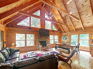 Lazy Bear Lodge, Fun-Packed 3BR Cabin – Hot Tub, Game Room