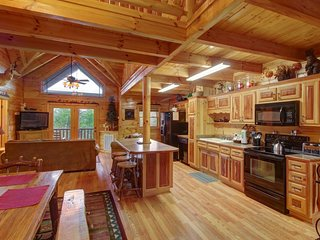 Spacious, secluded cabin w/ private hot tub & outdoor fireplace & picnic area