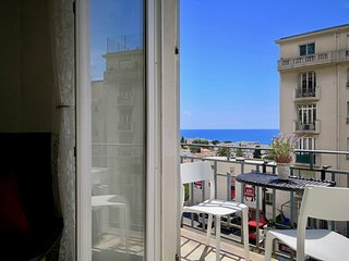 2 BR apartment, wifi, balcony, A/C, sea view nearby the port of Nice
