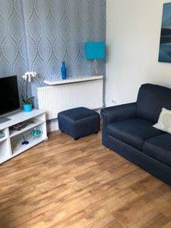 Salon avec canapé confortable, grand écran plat Smart TV