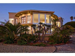 Luxury coastal living, ocean views, roof top jacuzzi, 100 ft to sand!