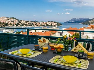 Spacious apartment close to the center of Dubrovnik with Lift, Parking, Internet