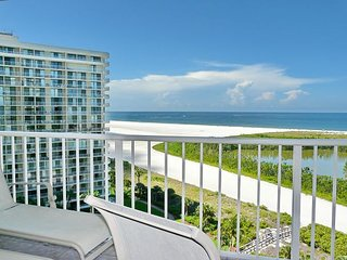 Bright beachfront condo w/ heated pool and balcony facing Tigertail Beach