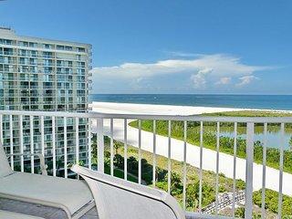 Bright beachfront condo w/ heated pool and balcony facing Tigertail Beach