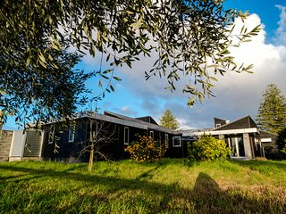 Karaka Country Life Luxury Modern Premium Vacation Home with Sparking Pool