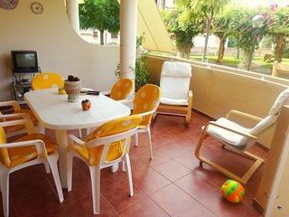 Acogedor apartamento. 150m de la playa. Gran terraza. Piscina. A/A.