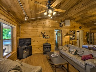 Deer Glen' Cabin w/Private Hot Tub & Porch!