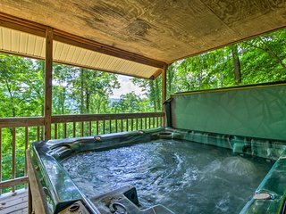 'Bear Den' Cabin w/Hot Tub: 4Mi to Nantahala River
