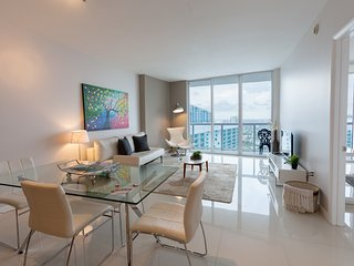 Spacious luxury suite one Bedroom w/ River City views at the W Miami! FREE SPA A