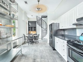 Stay Local in Savannah: Spacious Loft Amongst the Oak Trees, Walk Everywhere!
