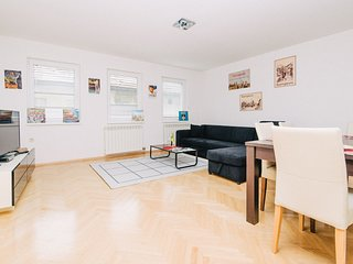Bright apartment with HUGE GARDEN & FREE GARAGE