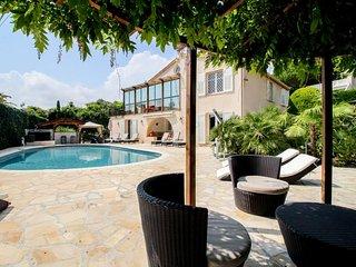 Elegant villa w/ private pool, hot tub, sauna & sea views - dogs welcome