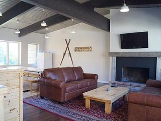 Fantastic Blue Mountain Chalet with Hot Tub - Sleeps 14 - Pet Friendly